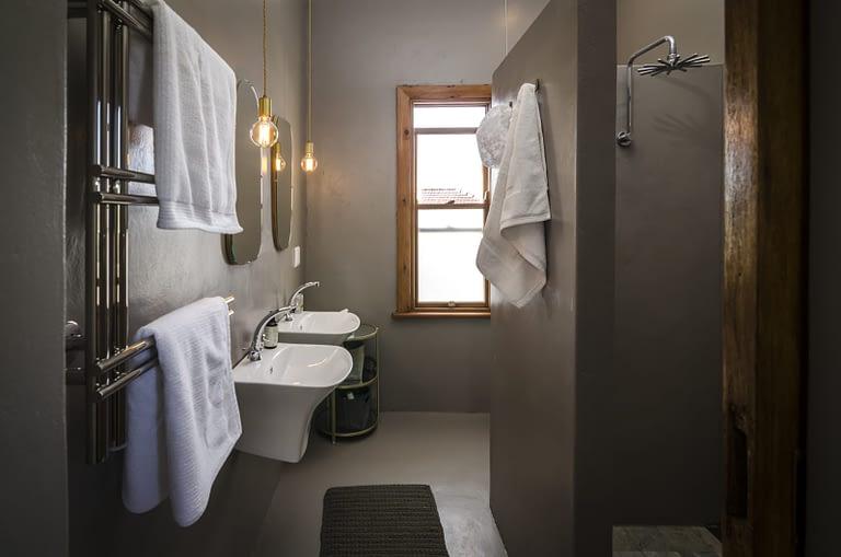 en-suite bathroom, his and hers!